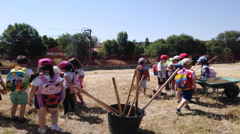 200 escolares participan en la creación de una gran zona verde junto a La Cantera donde se plantarán 700 árboles y plantas