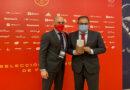 El presidente de la RFEF entrega un reconocimiento al Ayuntamiento de Leganés en el primer partido de la Selección Española en la ciudad